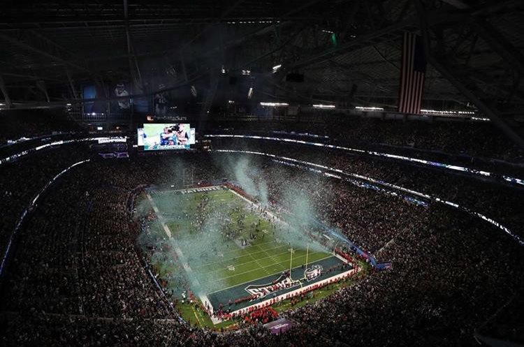 Así lució el US Bank Stadium, al finalizar el Super Bowl, que ganaron los Eagles de Philadelphia. (Foto Prensa Libre: AFP)