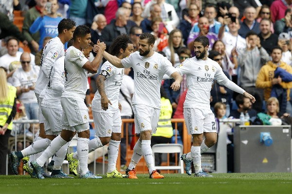 Los jugadores del Real Madrid festejaron y siguen invictos. (Foto Prensa Libre: EFE)