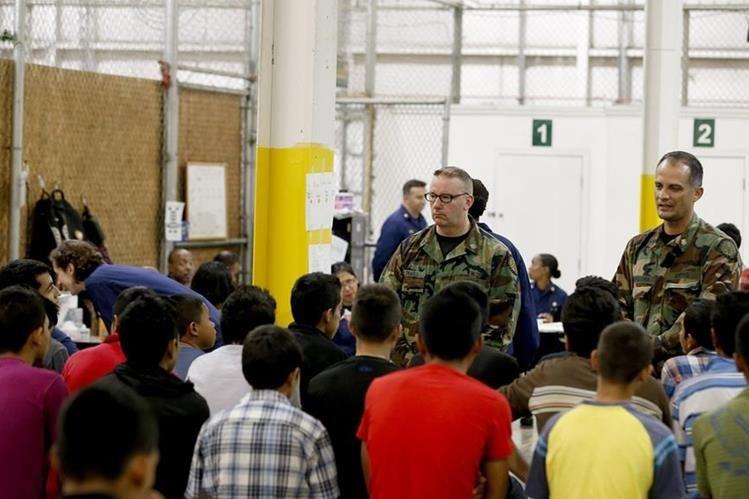 Niños indocumentados de Centroamérica detenidos en la frontera de EE.UU. con México dan información a las autoridades de inmigración.(AP).