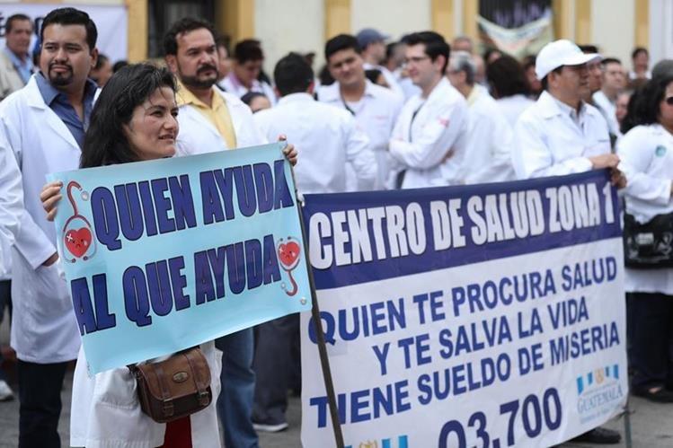 Médicos saldrán nuevamente a las calles para pedir la dignificación salarial. (Foto Prensa Libre: Esbin García)