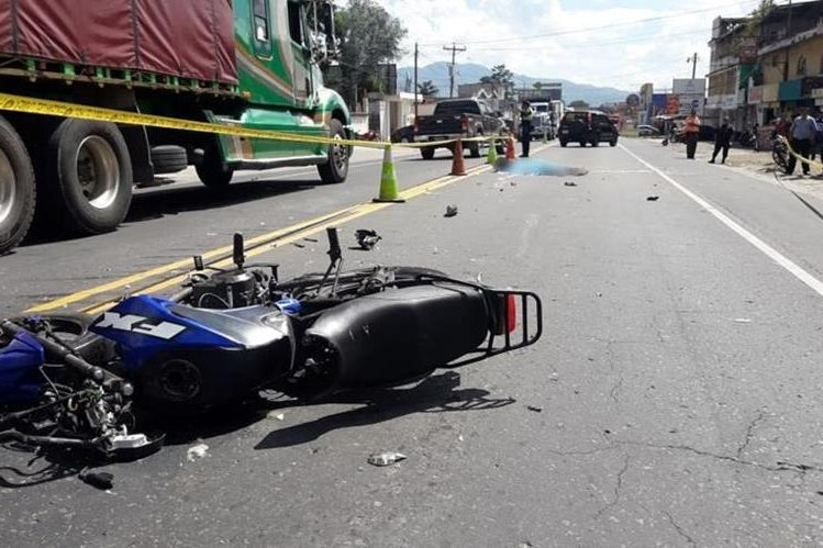 Persi Geovani Esquit Barrios murió en el km 52.5 de la ruta Interamericana, Chimaltenango, luego de que chocara con dos vehículos. (Foto Prensa Libre: Cortesía Víctor Chamalé)