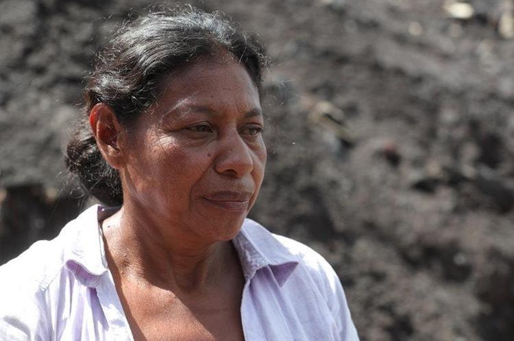 Eufemia Garcia busca a sus familiares en el lugar donde se ubicaba su hogar. (Foto Prensa Libre: Estuardo Paredes)