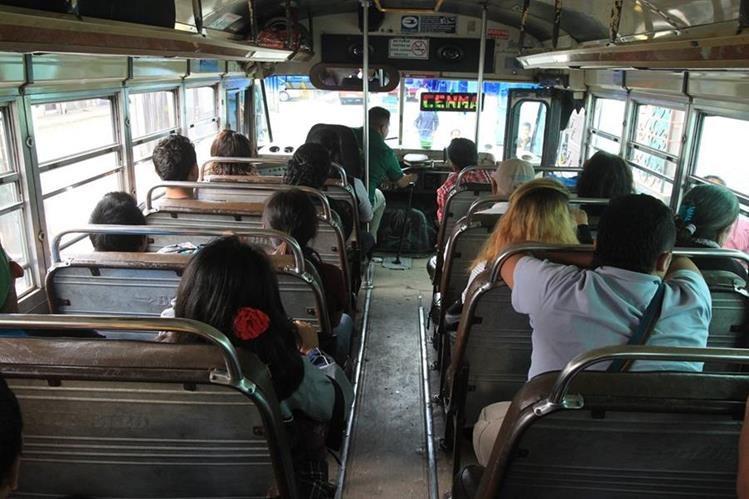 Usuarios del transporte hacia Villa Nueva han denunciado que algunos pilotos les han cobrado Q10 y no Q5. (Foto Prensa Libre: Hemeroteca PL).