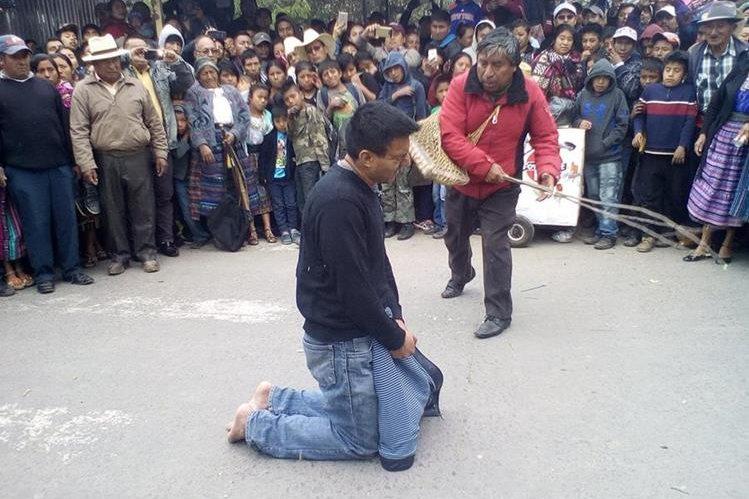 Señalado de violación recibe azotes en Santa Cruz del Quiché. (Foto Prensa Libre: Héctor Cordero).