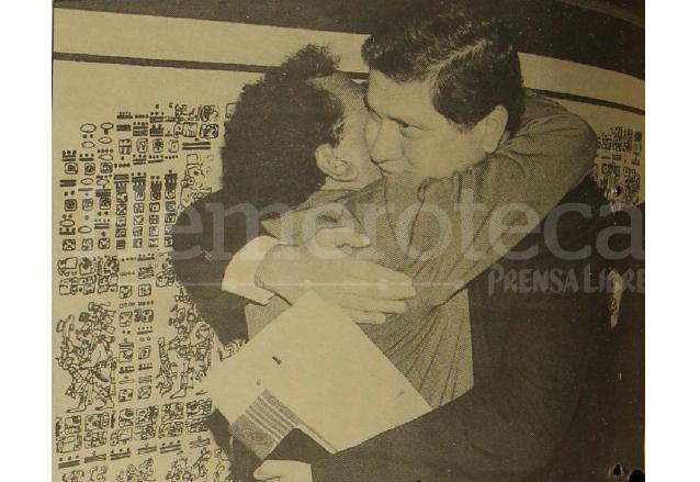 El ex vicepresidente Gustavo Espina se despide de un reportero antes de salir al exilio a Costa Rica, el 11 de junio de 1993. (Foto: Hemeroteca PL)