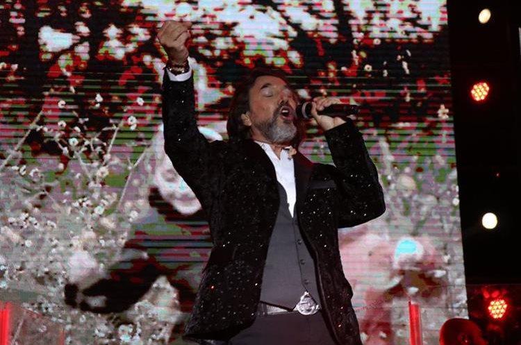 El cantante mexicano Marco Antonio Solís entregó su talento arriba del escenario. (Foto Prensa Libre: Raúl Juárez)