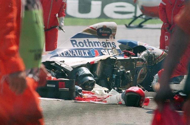 La impactante escena del vehículo en el que se transportaba Senna destruido por el impacto en un muro. (Foto: Hemeroteca PL)