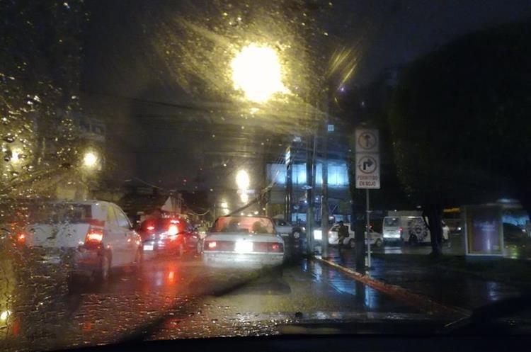 Congestionamiento en la calzada San Juan. (Foto Prensa Libre: @fabyolaHerrera).