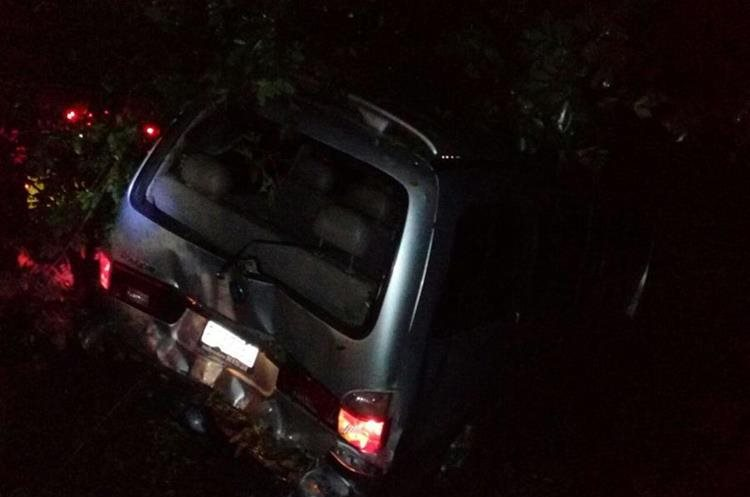 Vehículo casi cae en barranco. (Foto Prensa Libre: PMT de Villa Nueva)