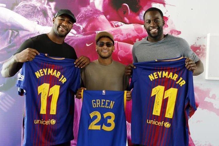 Branch, Neymar y Green posaron para las fotografías, que fueron compartidas por el Barcelona en sus redes sociales. (Foto Prensa Libre: Twitter @FCBarcelona_es