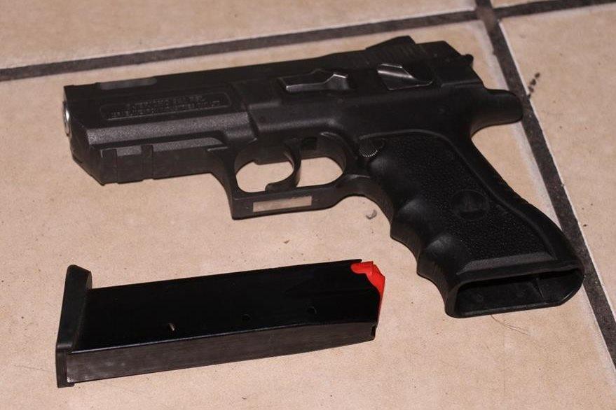Arma de fuego incautada durante persecución en Iztapa, Escuintla. (Foto Prensa Libre: PNC)