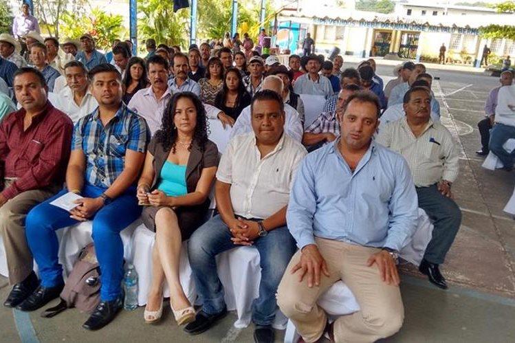 Reunión en la que los ganadores de las alcaldías de Santa Rosa recibieron su credencial. (Foto Prensa Libre: Oswaldo Cardona)