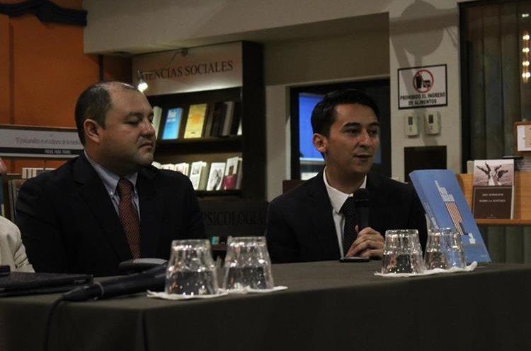 """Antonio Barrios y José Carlos Móvil son los autores del libro """"El patio trasero"""". (Foto Prensa Libre: José Andres Ochoa)"""
