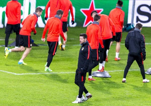 Los jugadores de Diego Simeone esperan lograr la victoria en la Liga de Campeones. (Foto Prensa Libre: EFE)