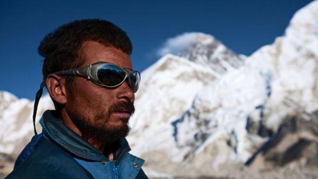 Los sherpas nepalíes llegaron del Tíbet hace 500 años. Son ellos quienes se ocupan de llevar los bultos más pesados durante el ascenso al Everest. GETTY IMAGES