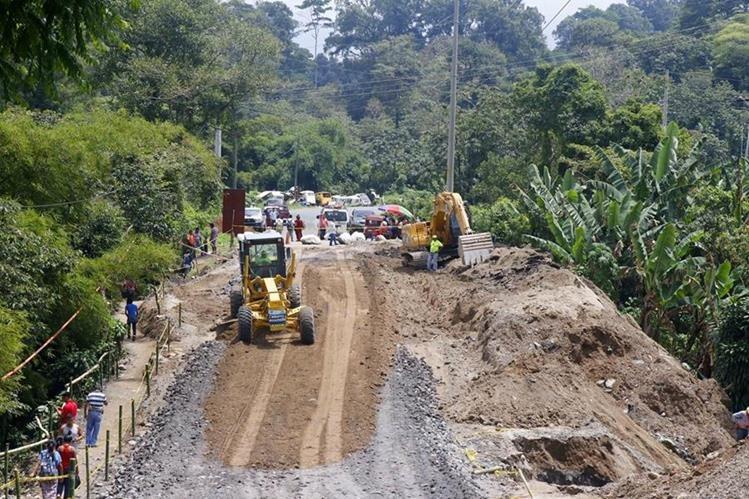 Trabajadores de Covial utilizan maquinaria para habilitar un carril en el kilómetro 188 de la ruta entre Retalhuleu y Quetzaltenango.(Foto Prensa Libre: Rolando Miranda)