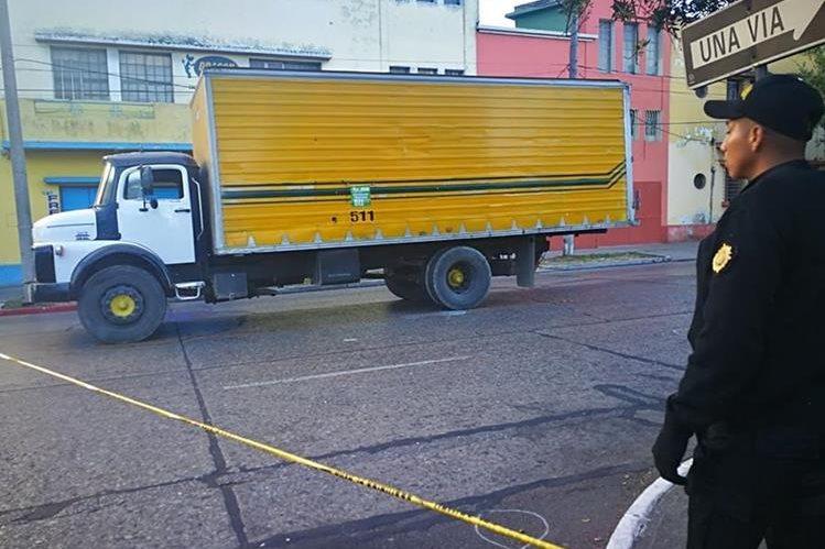 Los trabajadores del camión recolector de desechos se dirigían a iniciar sus labores cuando fueron atacados. (Foto Prensa Libre: Estuardo Paredes)