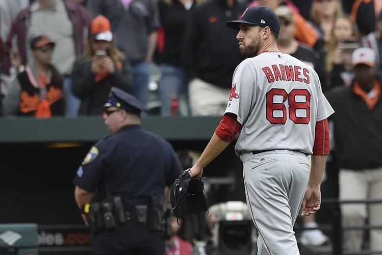 Matt Barnes, pitcher de los Medias Rojas de Boston, fue suspendido cuatro juegos por lanzar una recta a la cabeza de Manny Machado, astro de los Orioles de Baltimore. (Foto Prensa Libre: AP)