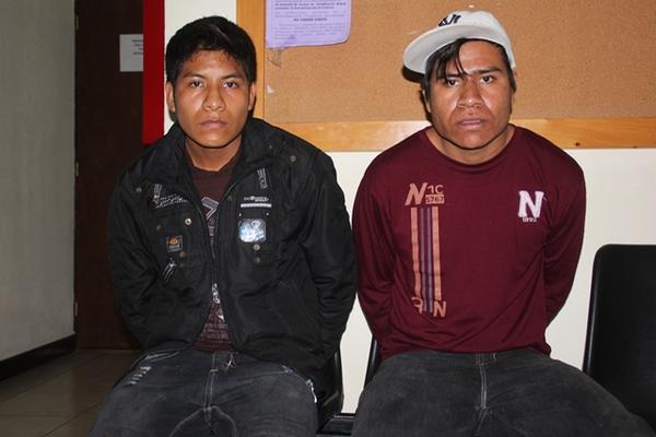 <p>Jesús Mateo Mateo, de 23 años, y su hermano, Casimiro Mateo Mateo de 19, fueron capturados por las fuerzas de seguiridad en San Mateo Ixtatán. (Foto Prensa Libre: Mike Castillo)<br></p>