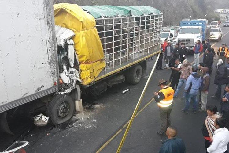 El choque de camiones ocurrió en el km 62 de la Ruta Nacional 14, Pastores, Sacatepéquez. (Foto Prensa Libre: Víctor Chamalé)