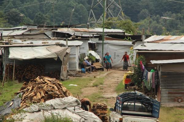 Familias de la comunidad Chuitinamit  que fueron reubicadas en un sector cercano a  la cabecera municipal  de San Andrés Semetabaj, Sololá. El motivo del traslado fue un hundimiento.