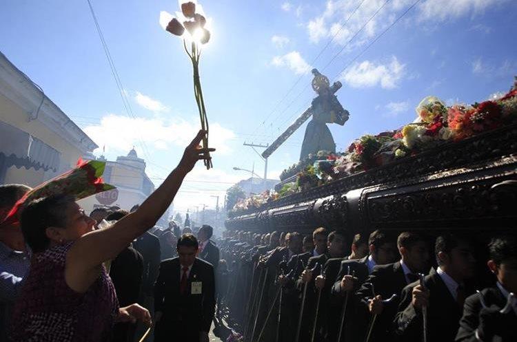 La procesión de La Reseña se caracteriza porque las andas no llevan alegoría, los fieles adornan el anda con flores. (Foto: Hemeroteca PL)