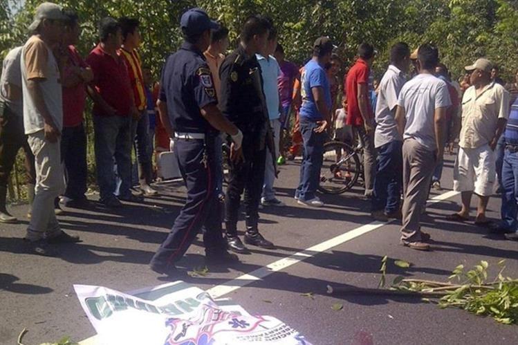 Lugar donde quedó el cadáver del guardia, en San Juan Bautista, Suchitepéquez. (Foto Prensa Libre: Omar Méndez).
