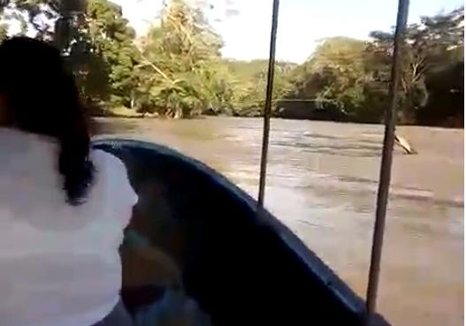 La comuna de Melchor de Mencos puso a disposición una lancha para trasladar a los pobladores que desean cruzar el río. (Foto Prensa Libre: Cortesía).