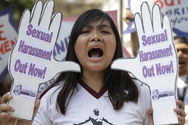 Una estudiante filipina manifiesta su rechazo a la violencia sexual contra la mujer en el marco del Día Internacional de la Mujer. (Foto Prensa Libre: AP)