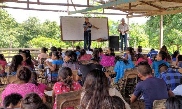 Mario Bolaños Cifuentes imparte clase de inglés a un grupo de estudiantes de Sayaxché. (Foto Prensa Libre: Rigoberto Escobar)