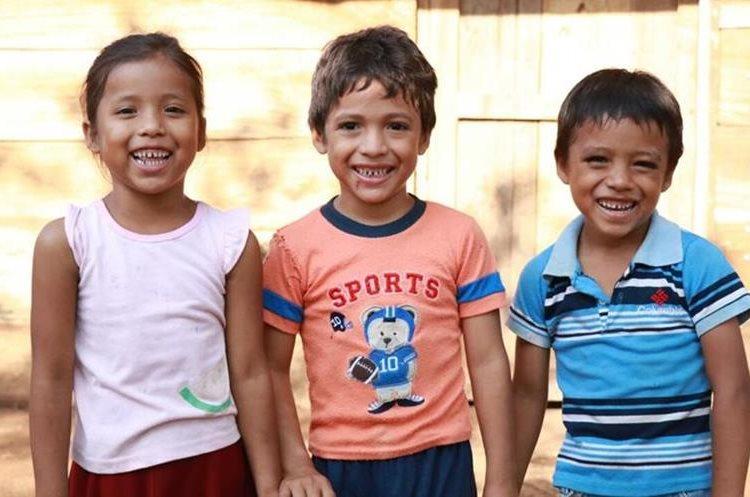 Carmen, Joel e Isaí, a pesar de las necesidades económicas que tienen en su casa no pierden la sonrisa. (Foto Prensa Libre: Cristian Icó Soto)