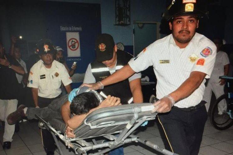 Víctor René González es atendido por socorristas a causa de las heridas que sufrió. (Foto Prensa Libre: Mario Morales).