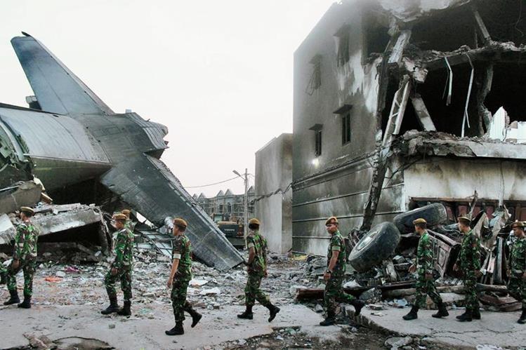 Socorristas trabajanen en el lugar del accidente  en Medan,  Sumatra, Indonesia. (Foto Prensa Libre:AFP)