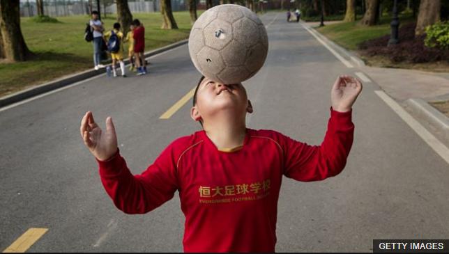China quiere que haya 50 millones de personas jugando al fútbol para 2020. (Foto Prensa Libre: BBC Mundo)