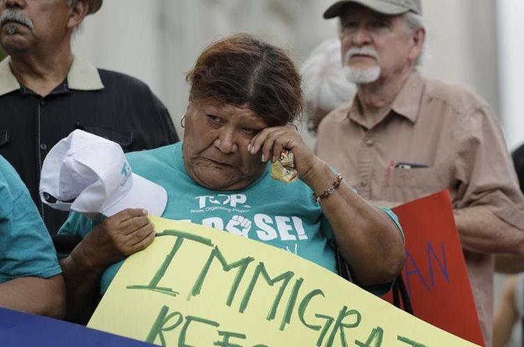 Eldia Contreras participa en la vigilia por las víctimas que murieron en el camión. (AP).