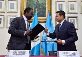 Canciller Carlos Morales y alto comisionado de OACNUR George Okoth-Obbo, acuerdan pacto para refugiados. (Foto Prensa Libre: Minex)