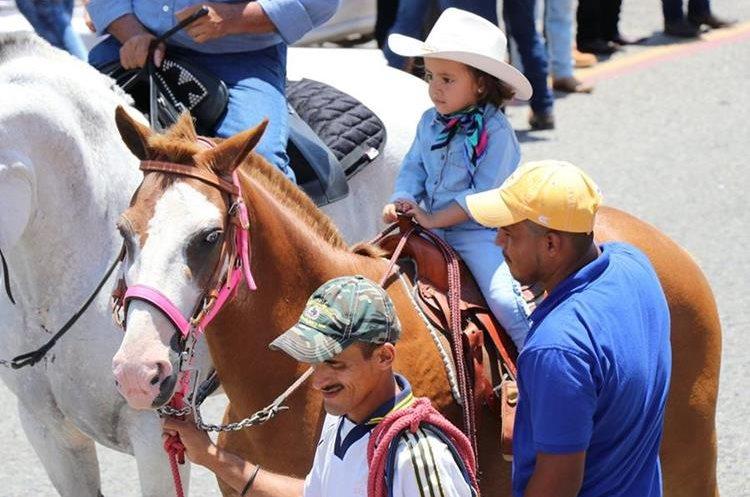 Pequeñas jinetes demuestran su dominio sobre los caballos.