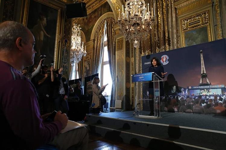 La alcaldesa de París, Anne Hidalgo habló hoy sobre la apertura de las Fan-Zone durante el desarrollo de la Eurocopa. (Foto Prensa Libre: AFP)
