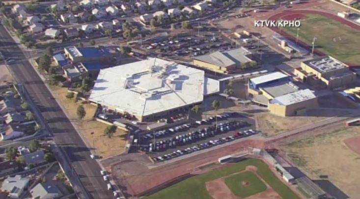 Imagen aérea del establecimiento educativo donde ocurrió la balacera. (Foto: @KTLA).