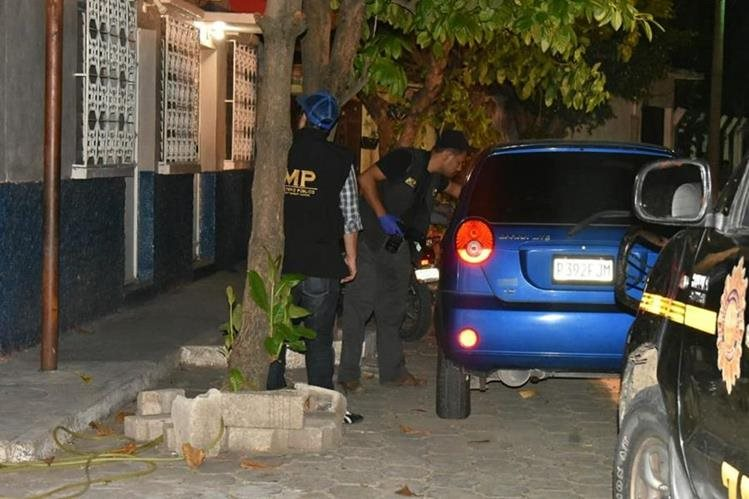 Fiscales del Ministerio Público revisan el vehículo en el que viajaba el exdiputado. (Foto Prensa Libre: Mario Morales)