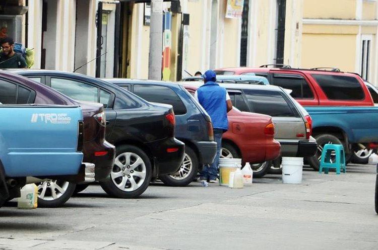 La municipalidad de Xela analiza colocar parquímetros para evitar los abusos. (Foto Prensa Libre: Carlos Ventura)