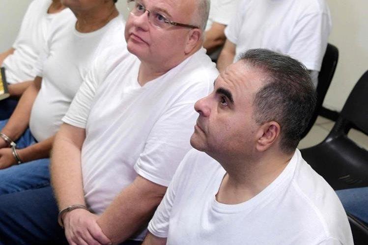 El expresidente salvadoreño Antonio Saca (primer plano) escucha la sentencia del tribunal. (Foto Prensa Libre: AFP)