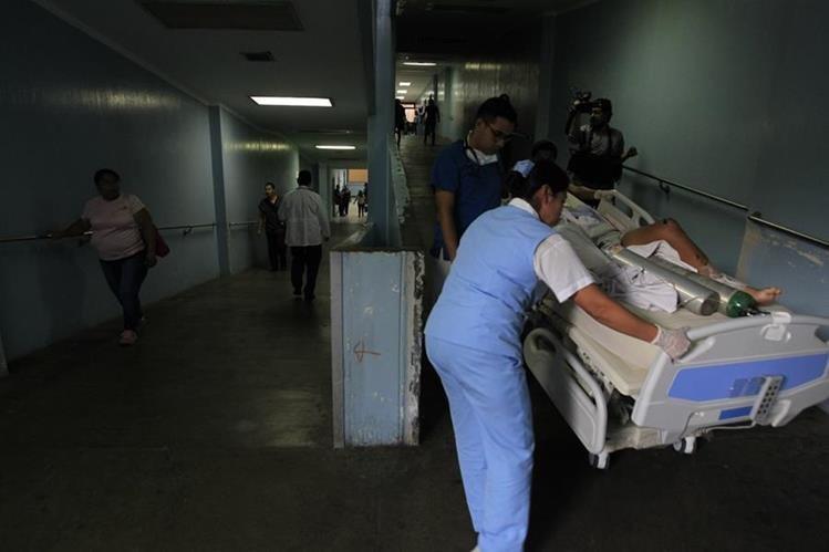 Un paciente es trasladado por la rampa luego de que se decidiera la suspensión del servicio de ascensores por el alto riesgo para usuarios como para el personal. (Foto Prensa Libre: Carlos Hernández)