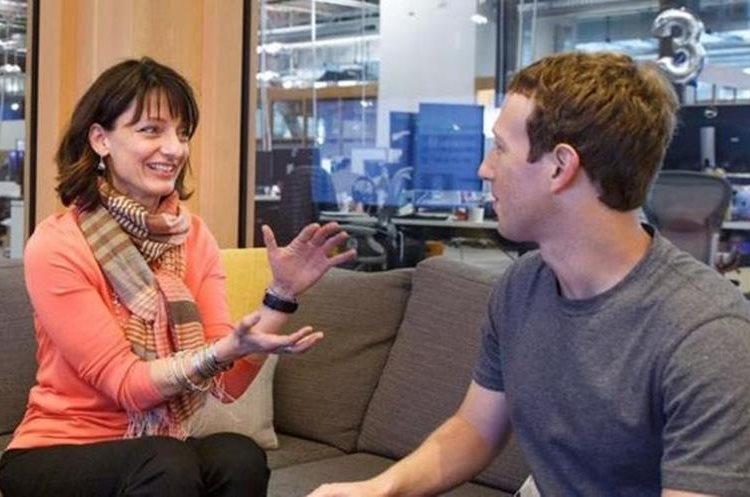 Regina Dugan (izda) dirige la unidad con la que Zuckerberg (dcha) soñaba desde hace 10 años. (FACEBOOK)