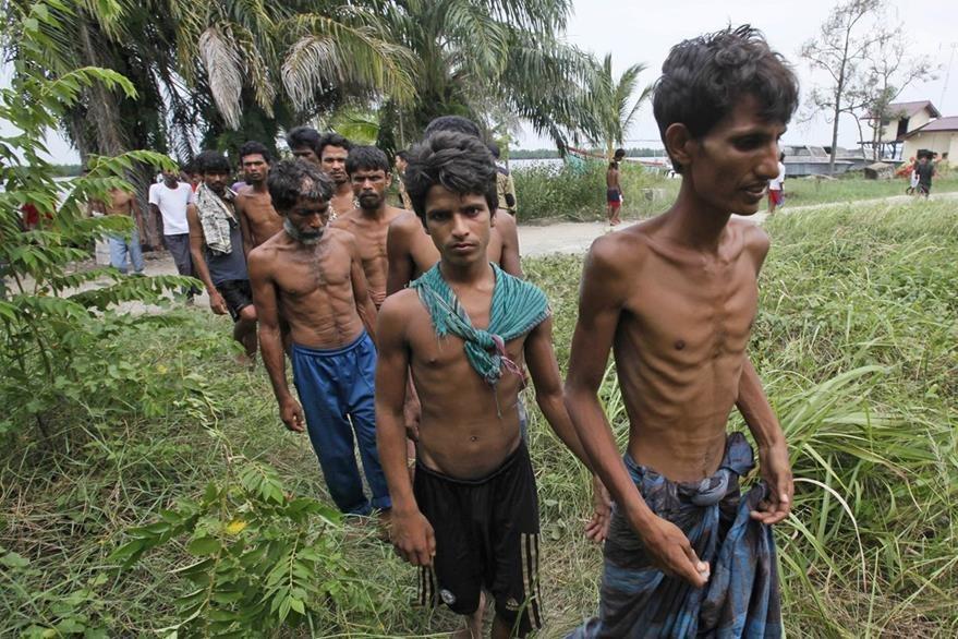 Con evidentes signos de desnutrición aguda, unos birmanos caminan después de tocar tierra en una provincia de Tailandia. (Foto Prensa Libre: AP).