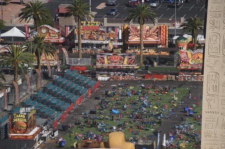 Así luce la escena donde decenas de personas que participaban del concierto en Las Vegas, fueron atacadas. (Foto Prensa Libre: AFP)