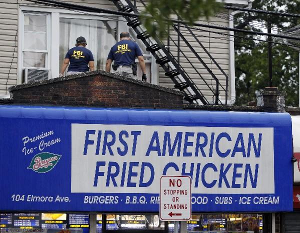 Agentes del FBI investigan una residencia en conexión con el atentado en Manhattan.(AFP).