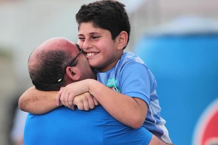 Ehab Aranki festeja con su padre luego de una disputada final. (Foto Prensa Libre: Norvin Mendoza)