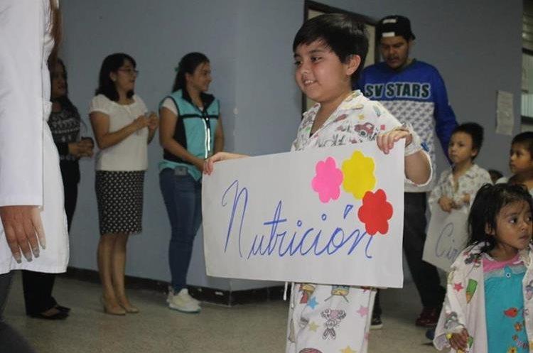 Es la primera vez que los niños realizan un acto cívico dentro del centro médico (Foto Prensa Libre: Hospital San Juan de Dios)