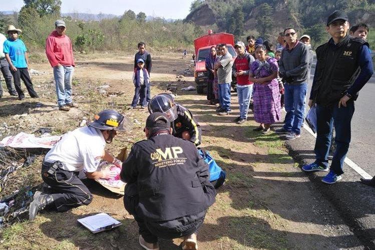 La pequeña, de un mes y medio, aproximadamente, fue localizada entre una caja de cartón a la orilla de la carretera, en Nahualá, Sololá. (Foto Prensa Libre: Ángel Julajuj)